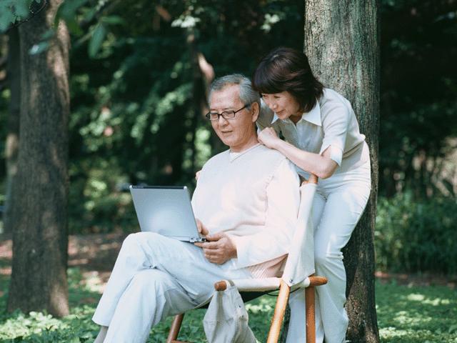 パソコンを見ている人